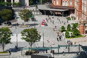 東京駅丸の内と駅前広場の人々の写真素材 [FYI03403643]
