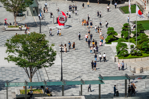 東京駅丸の内駅前広場の人々の写真素材 [FYI03403644]