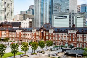 東京駅丸の内と駅前広場の写真素材 [FYI03403648]