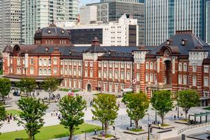 東京駅丸の内と駅前広場の写真素材 [FYI03403649]