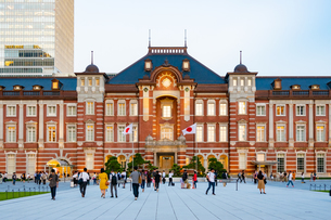 東京駅丸の内と駅前広場の人々の写真素材 [FYI03403650]
