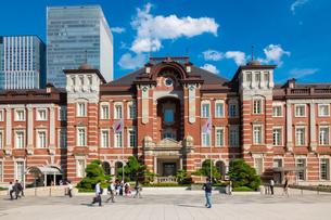 東京駅丸の内と駅前広場の人々の写真素材 [FYI03403651]