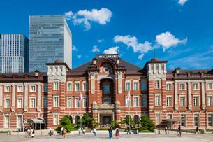 東京駅丸の内と駅前広場の人々の写真素材 [FYI03403652]