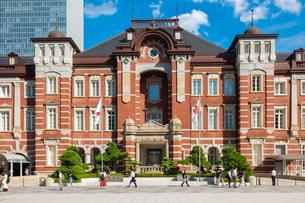 東京駅丸の内と駅前広場の人々の写真素材 [FYI03403653]
