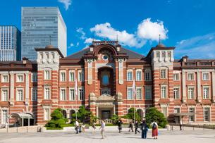 東京駅丸の内と駅前広場の人々の写真素材 [FYI03403654]