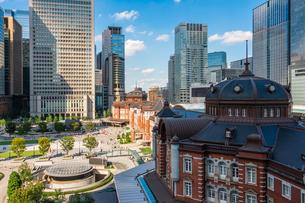 東京駅丸の内と駅前広場の写真素材 [FYI03403656]