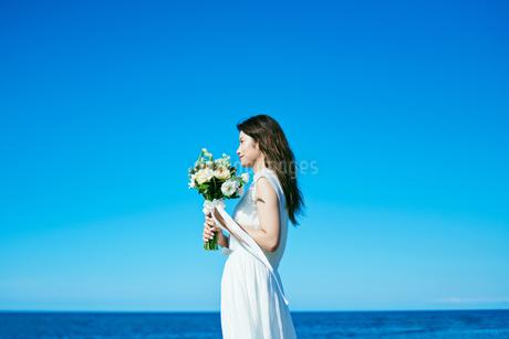 ウェディング 海 花嫁の写真素材 [FYI03403709]