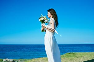 ウェディング 海 花嫁の写真素材 [FYI03403710]