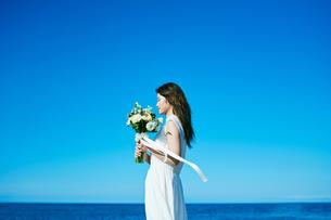 ウェディング 海 花嫁の写真素材 [FYI03403712]