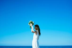 ウェディング 海 花嫁の写真素材 [FYI03403714]