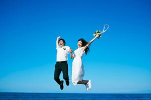 ウェディング ジャンプ 青空の写真素材 [FYI03403761]