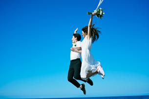 ウェディング ジャンプ 青空の写真素材 [FYI03403762]