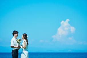 ウェディング カップル 海の写真素材 [FYI03403813]