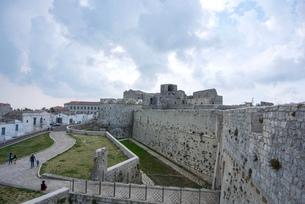 モンテ・サンタンジェロの城跡の写真素材 [FYI03403869]
