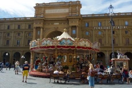 フィレンツェ広場のメリーゴーランドの写真素材 [FYI03403890]