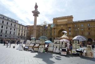 フィレンツェ広場の絵描きの写真素材 [FYI03403891]