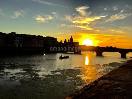 アルノ川の夕日の写真素材 [FYI03403901]