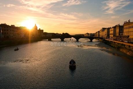 アルノ川の夕日の写真素材 [FYI03403903]