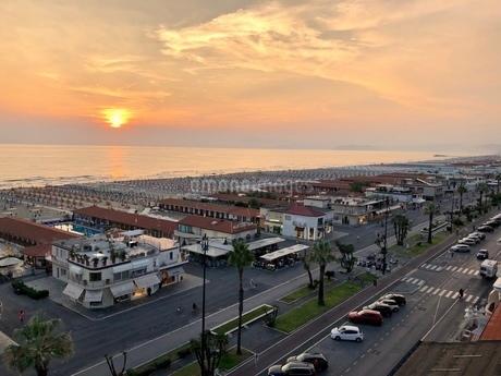 ヴィアレッジョ海岸線の夕日の写真素材 [FYI03403907]