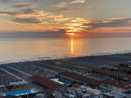 ヴィアレッジョ海岸線の夕日の写真素材 [FYI03403914]