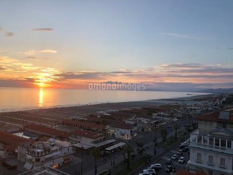 ヴィアレッジョ海岸線の夕日の写真素材 [FYI03403915]