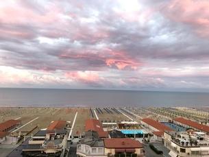 ヴィアレッジョ海岸線の朝の写真素材 [FYI03403917]