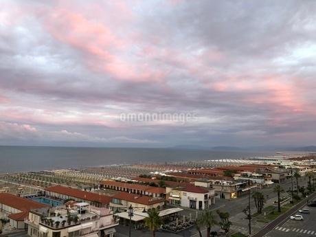 ヴィアレッジョ海岸線の朝の写真素材 [FYI03403918]