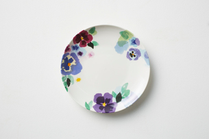 寒色系の花の絵が描かれた皿の写真素材 [FYI03403933]
