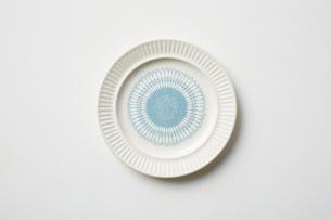 水色の模様が入った皿の写真素材 [FYI03403940]