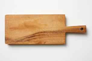 木製のカッティングボードの写真素材 [FYI03403978]