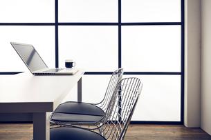 パソコンが置かれた机と椅子のあるオフィスの写真素材 [FYI03404039]
