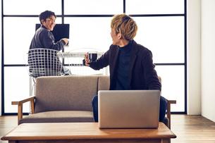 自宅兼オフィスで仕事をする2人の男性の写真素材 [FYI03404047]