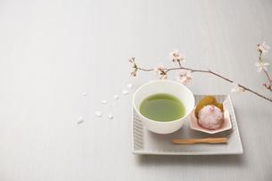 サクラの枝と抹茶と桜餅の写真素材 [FYI03404052]