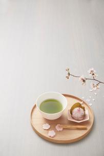 サクラの枝と抹茶と桜餅の写真素材 [FYI03404053]