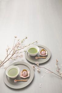 サクラの枝と抹茶と桜餅のセットの写真素材 [FYI03404055]
