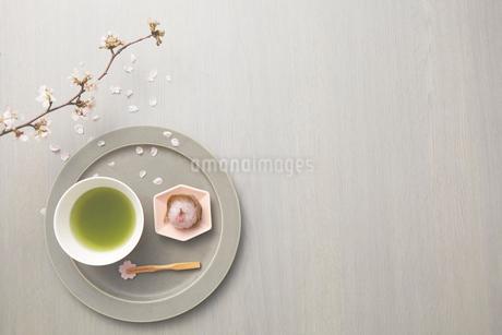 サクラの枝と抹茶と桜餅のセットの写真素材 [FYI03404056]