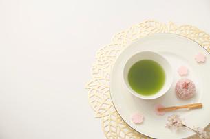 抹茶とサクラのおはぎのセットの写真素材 [FYI03404059]
