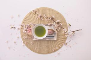 サクラの花と抹茶と桜餅の写真素材 [FYI03404070]