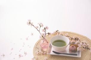サクラの花と抹茶と桜餅の写真素材 [FYI03404071]