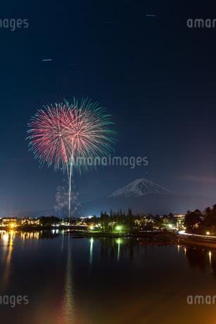 富士山と花火 河口湖 日本 山梨県 富士河口湖町の写真素材 [FYI03404076]
