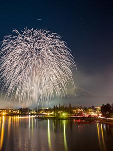富士山と花火 河口湖 日本 山梨県 富士河口湖町の写真素材 [FYI03404077]
