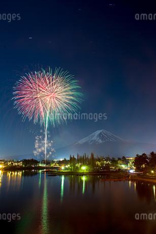 富士山と花火 河口湖 日本 山梨県 富士河口湖町の写真素材 [FYI03404078]