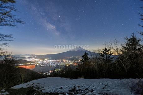 天の川と富士山 新道峠 日本 山梨県 笛吹市の写真素材 [FYI03404082]