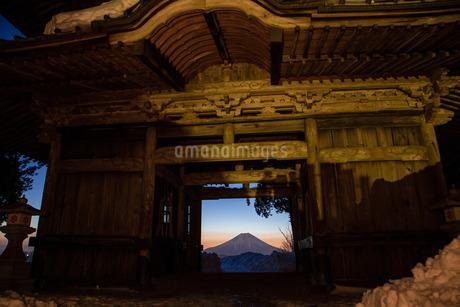 七面山 敬慎院から望む富士山 日本 山梨県 南巨摩郡の写真素材 [FYI03404088]