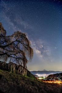 天の川と富士山 日本 山梨県 山梨市の写真素材 [FYI03404092]