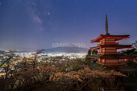 新倉山浅間公園 日本 山梨県 富士吉田市の写真素材 [FYI03404109]
