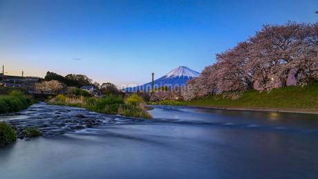 龍厳淵 と富士山 日本 静岡県 富士市の写真素材 [FYI03404110]