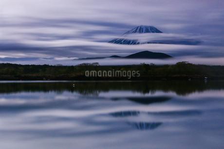 精進湖と富士山の写真素材 [FYI03404113]