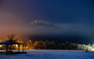 富士山と星 水ヶ塚駐車場 日本 静岡県 裾野市の写真素材 [FYI03404117]