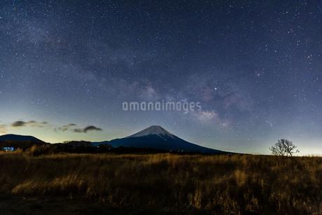 富士山と天の川 朝霧高原 日本 静岡県 富士宮市の写真素材 [FYI03404131]